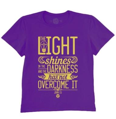 Футболка мужская темно-фиолетовая - Иисус свет во тьме